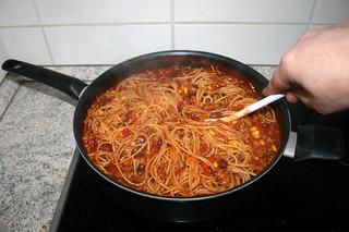 32 - Mix noodles with sauce / Nudeln mit Sauce verrühren