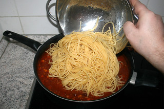31 - Put noodles in sauce / Nudeln in Sauce geben