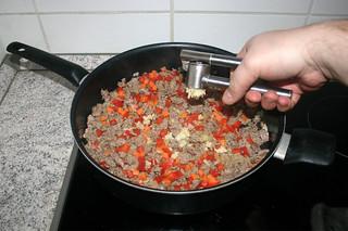 14 - Squeeze garlic / Knoblauch dazu pressen