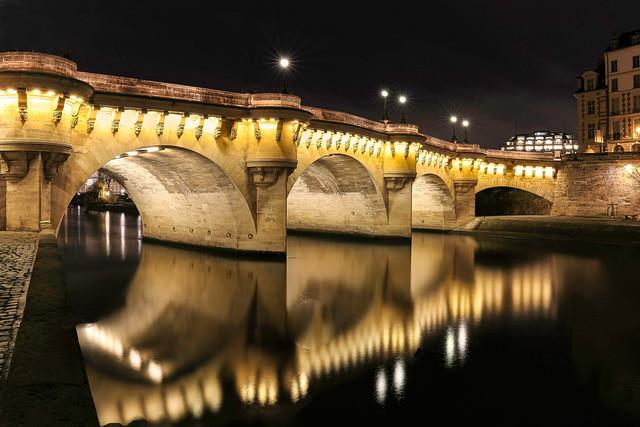 Paris rive gauche, partie du pont Neuf (1578-1607) avec à droite l' île de la Cité.