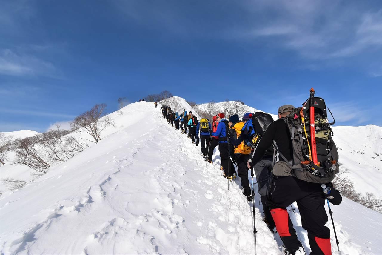 年末の谷川岳の登山道の行列