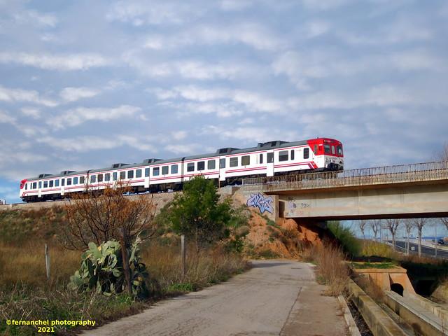 Tren de Cercanías de Renfe (Línea C-3) en el puente entre Xirivella y Valencia