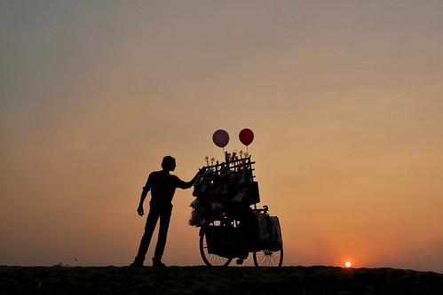 sunset silhouette balloonseller villagelife riverbed damodar bengal india