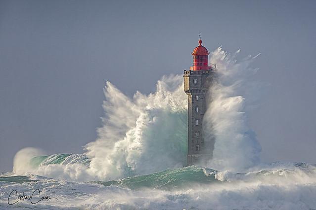 Le phare de la Jument dans la tempête