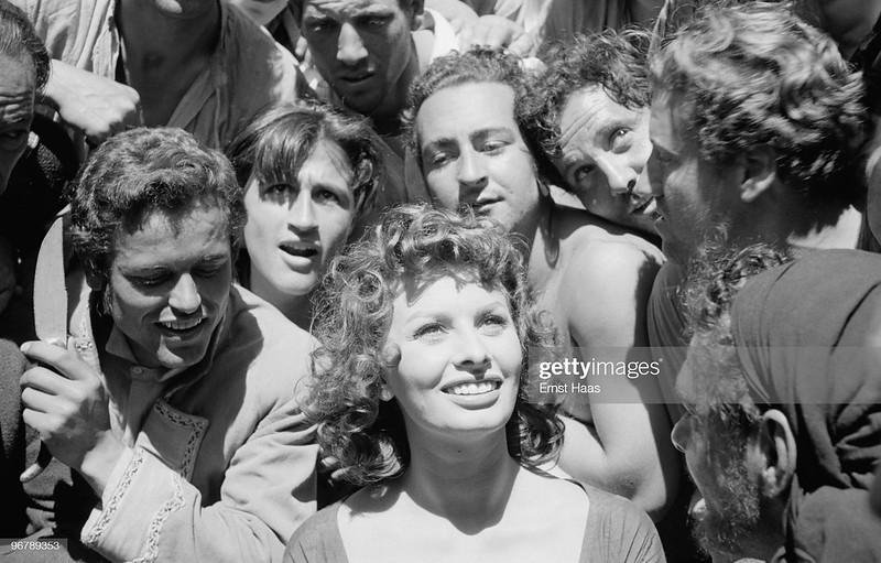 Extras posan con Sophia Loren. Orgullo y Pasión. Foto de Ernst Haas.