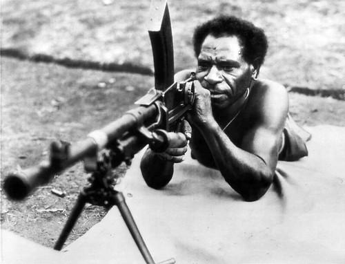 Oorlog doorbreekt alle scheidslijnen: een Papua krijgt basis guerrilla training in de nasleep van de Japanse inval, 15 juli 1943