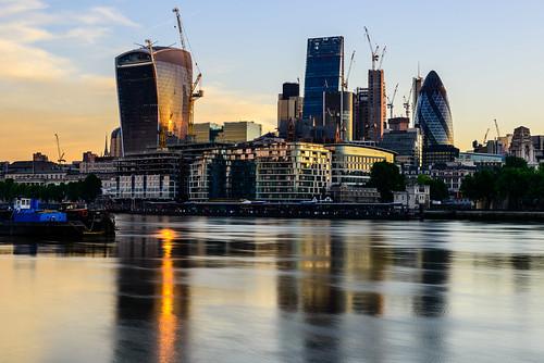 thecity sunrise thames river london golden reflections buildings walkietalkie ghurkin toweroflondon cranes