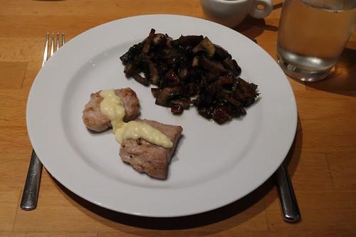 Schweineschnitzel mit Meerrettichsahnesoße und Champignonpfanne mit Speck