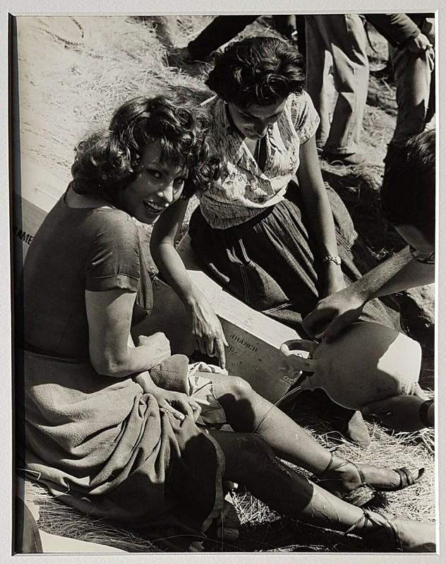 Orgullo y Pasión. Sophia Loren se limpia con el agua de un  botijo. Foto de Federico Patellani en julio de 1956.