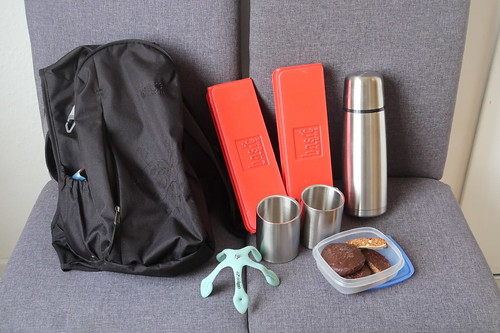 Erhitzter alkoholfreier Glühwein und Oblaten-Lebkuchen (für Wanderung bereit gelegt)