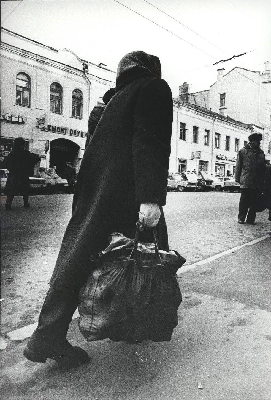 11. Женщина с сумкой