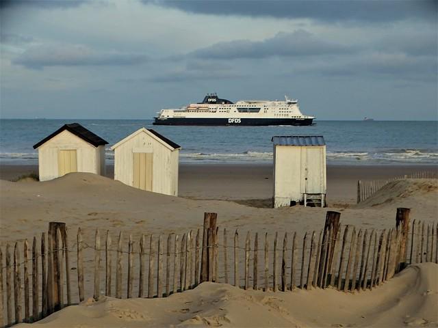 Les chalets à Blériot Plage et le ferry.