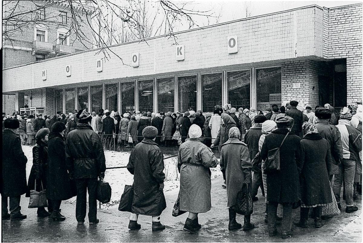 09. Очередь в магазин «Молоко», неподалеку от Белорусской площади