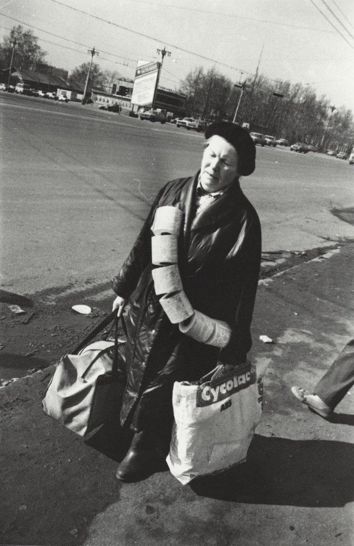12. Женщина с сумками