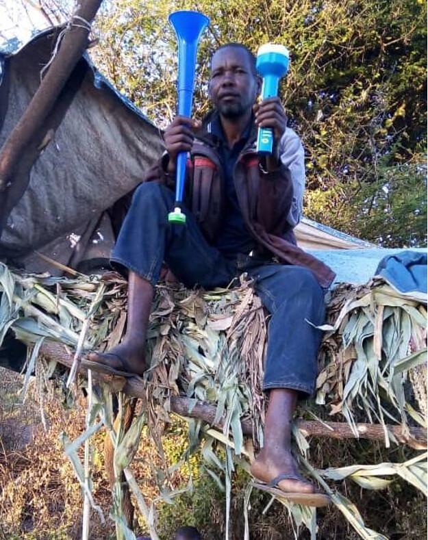 3 坦尚尼亞的農夫使用蜜鴷動物嚇阻包裡的汽笛和強力手電筒保護自己的田。為了防止大象和其他動物來找麻煩,許多農夫得冒著惡劣氣候和被野生動物攻擊的風險,長時間在田裡守衛。圖片來源:奧科斯研究院東非辦公室