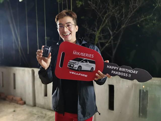 Zoey Rahman Terima Hadiah Toyota Vellfire Dari Mika Series Sempena Hari Jadi Ke-36 Tahun