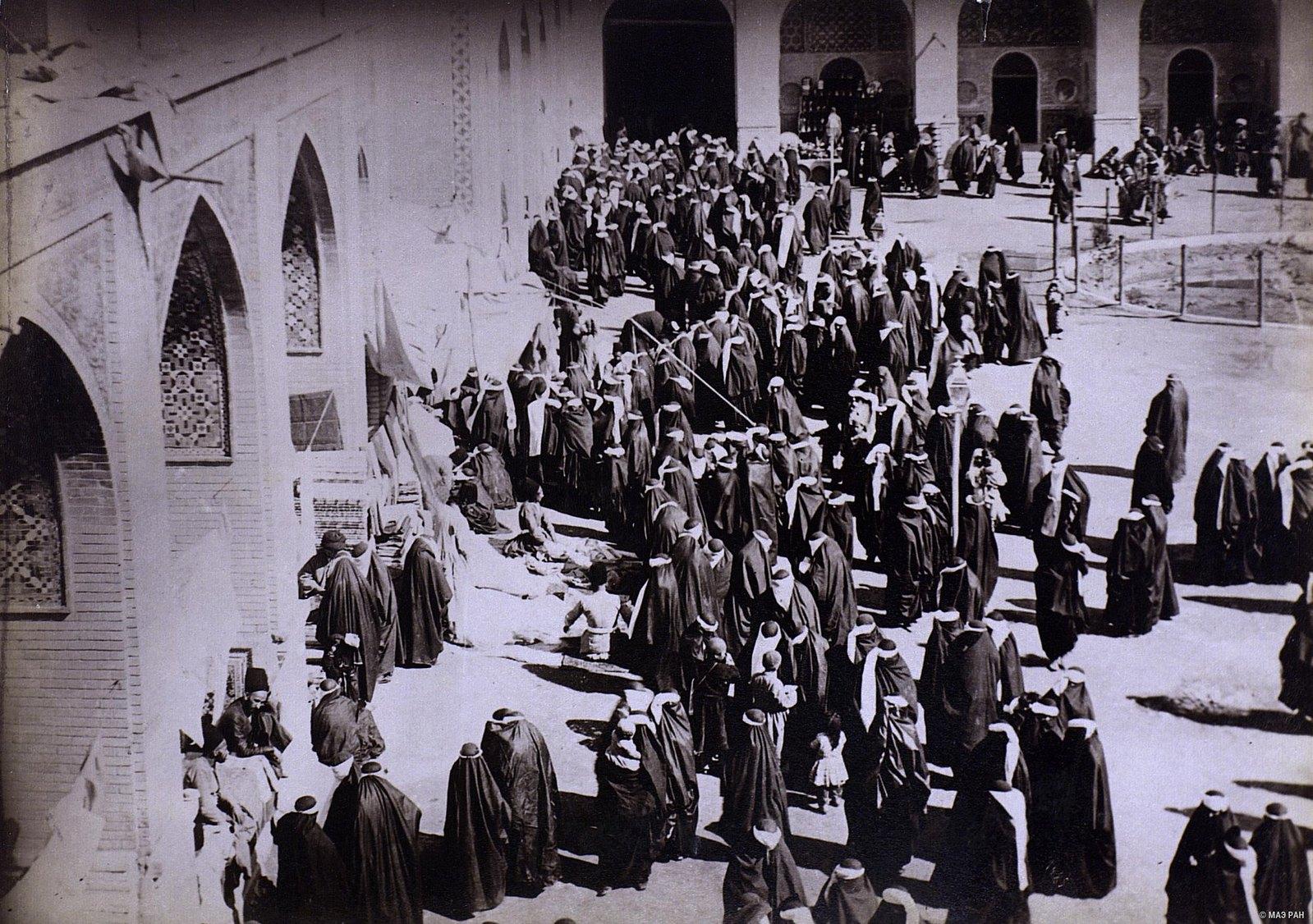 Женщины у входа в здание, где происходит мистерия в память смерти имама Хуссейна