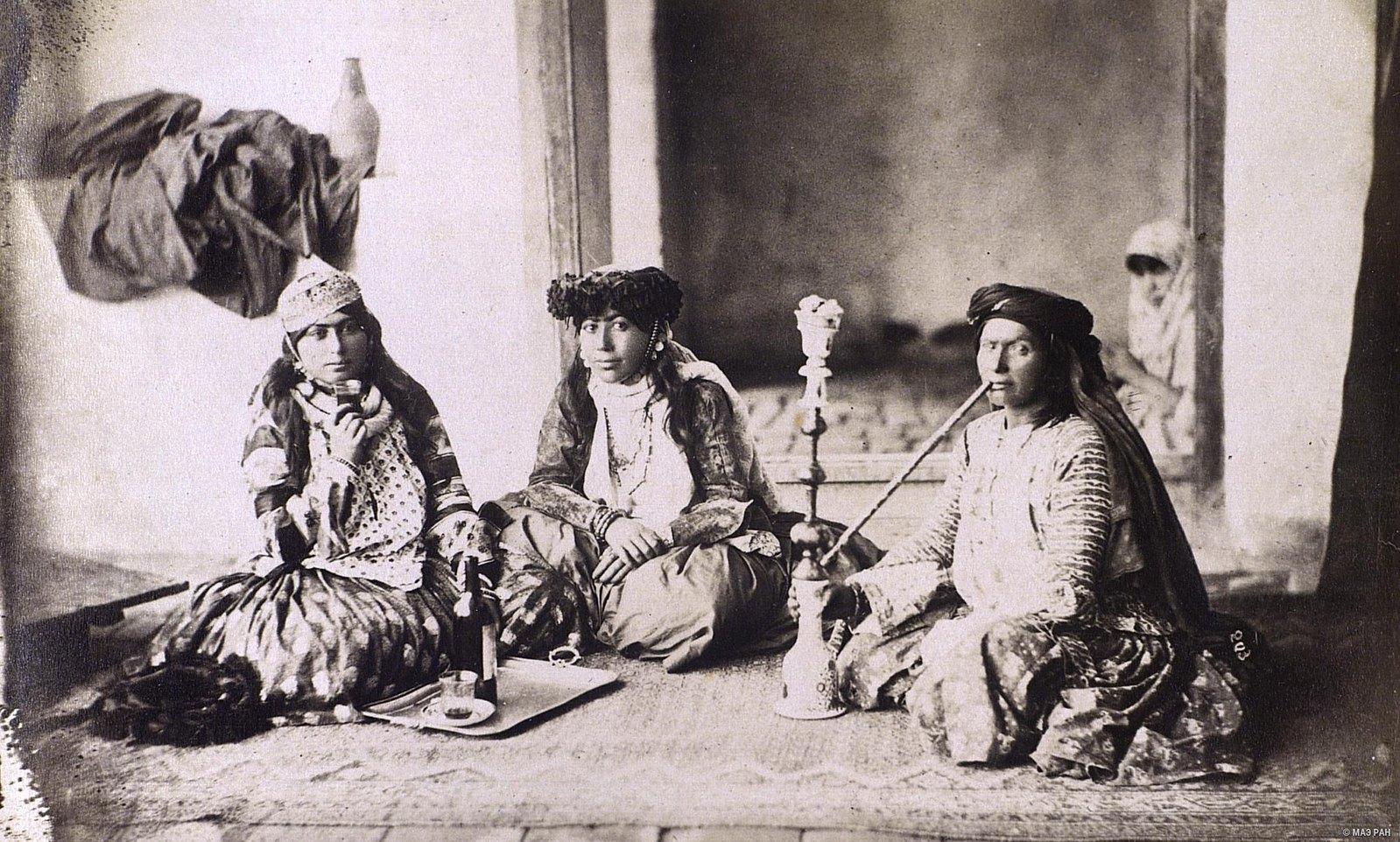 Женщины в эндеруне (внутреннем дворце) за угощением