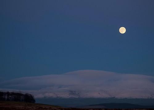cumbria fells askham askhamfell moon fullmoon moonscape sunset moonrise december december2020 winter winter2020 blue sky bluehour pennines northernpennines crossfell snowscape snow mountains mist misty