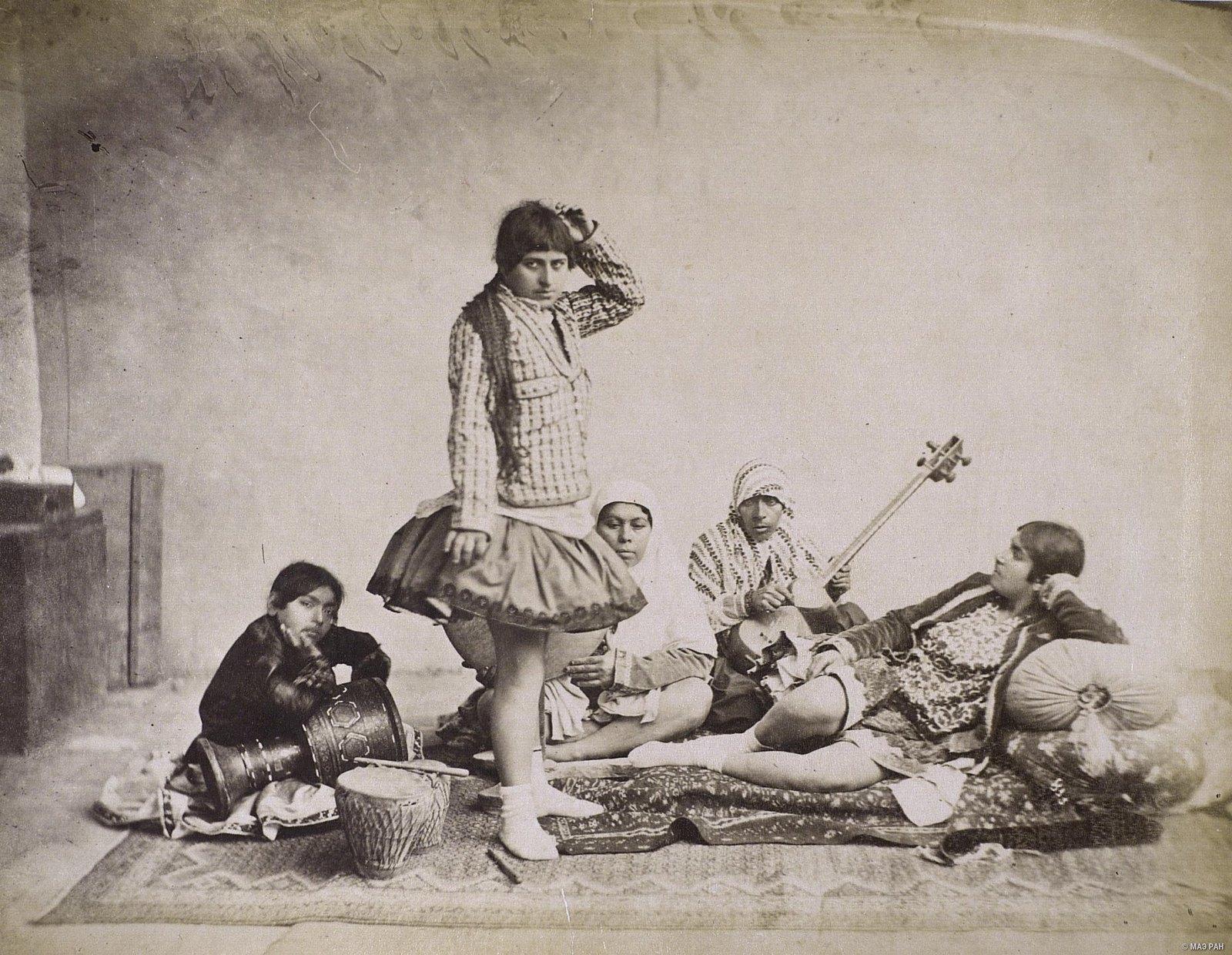 Женщины в эндеруне (внутреннем дворце) за танцами
