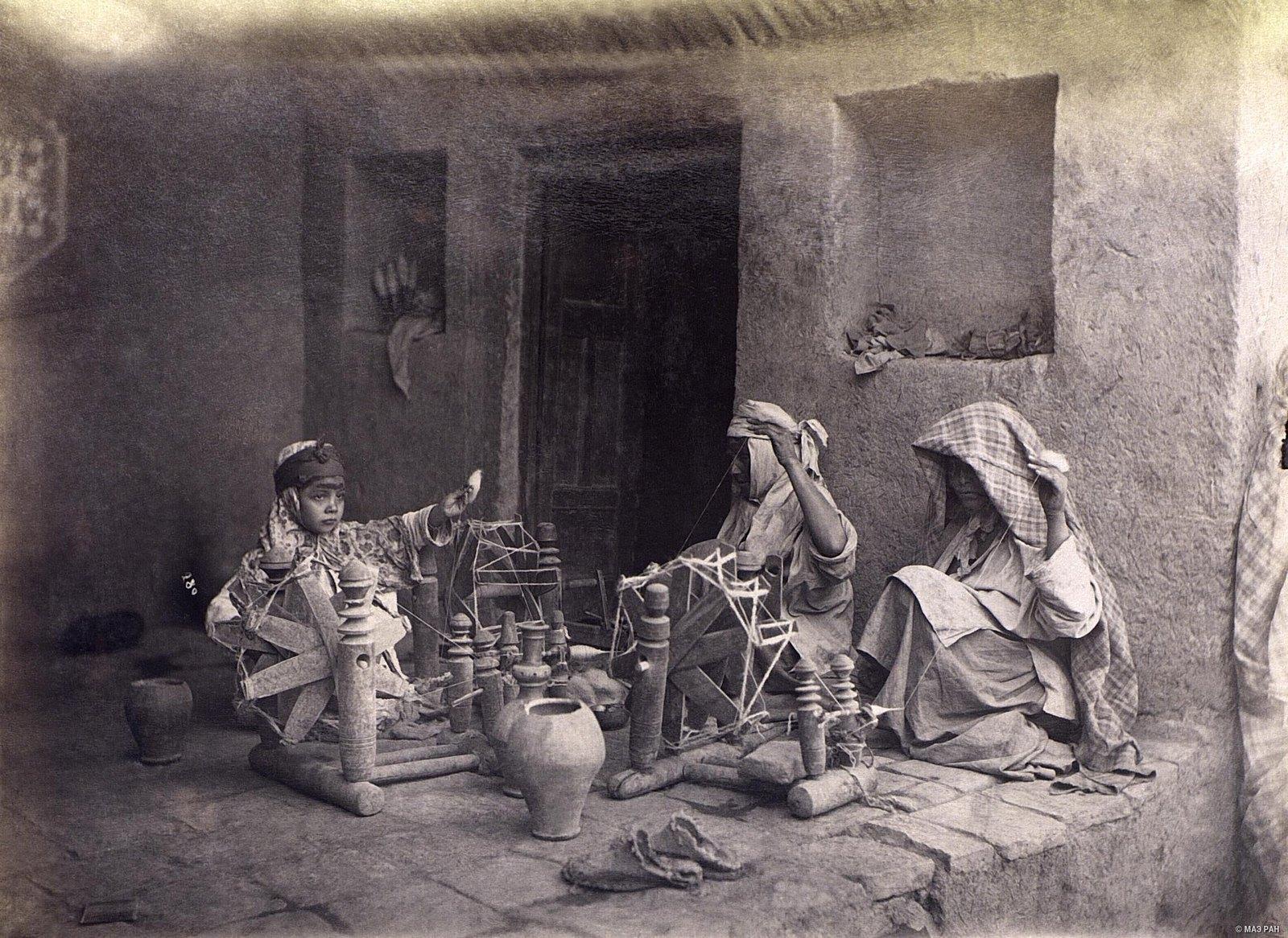 Женщины за прядением пряжи