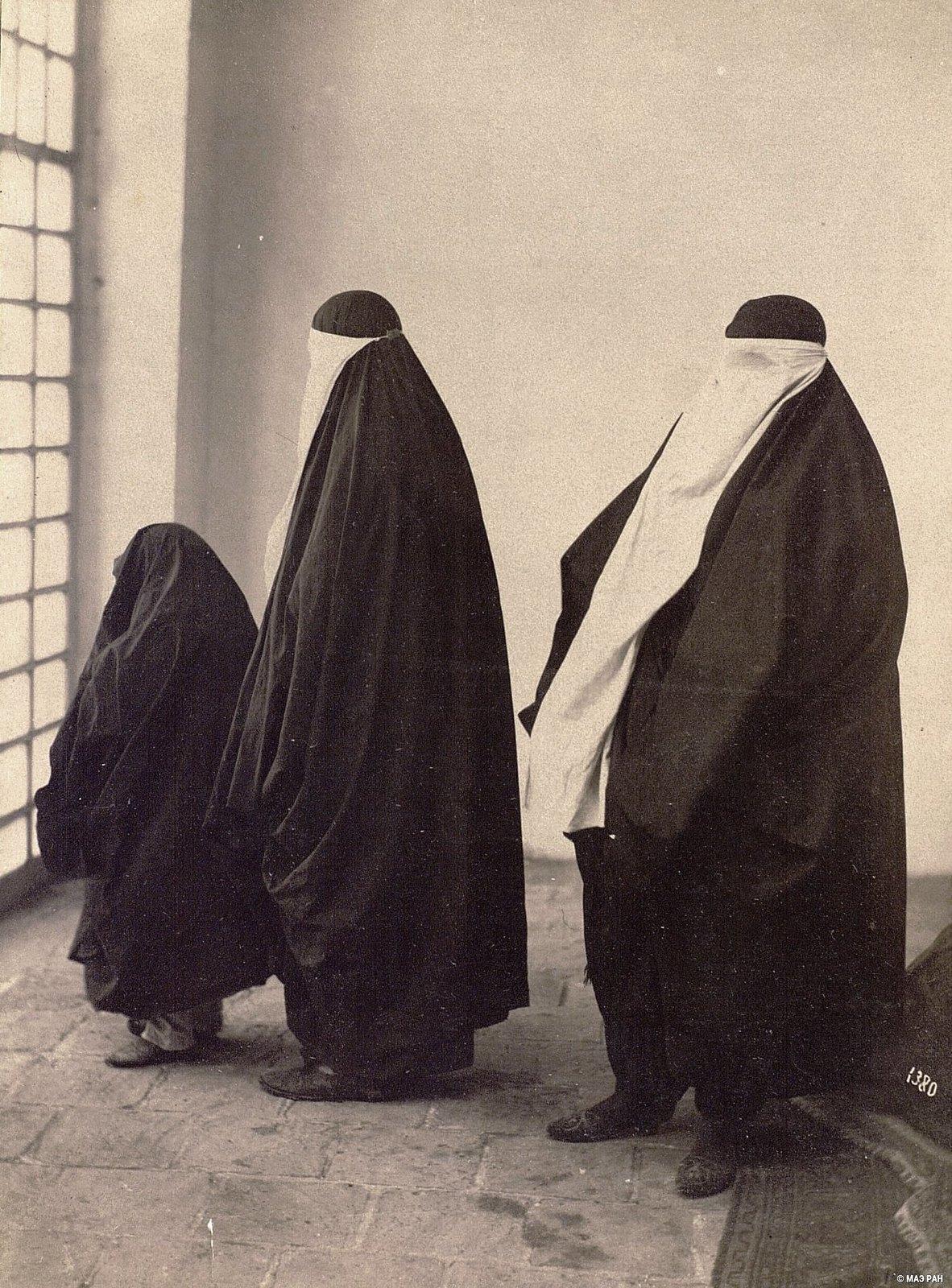 Женщины в выходных костюмах (1)