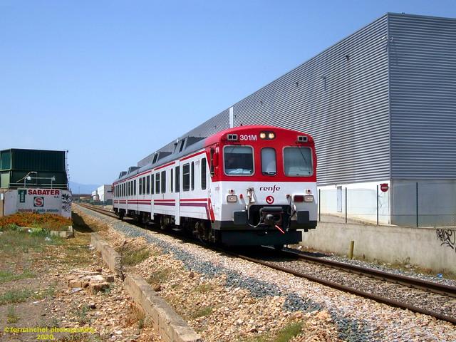 Tren de Cercanías de Renfe a su paso por el Polígono Industrial de El Oliveral. RIBA-ROJA DE TURIA (Valencia)