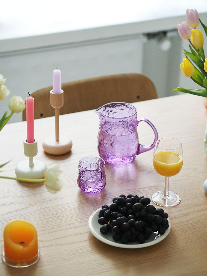 Frutta-kannu ja Frutta-lasi violettina ametistin värisenä