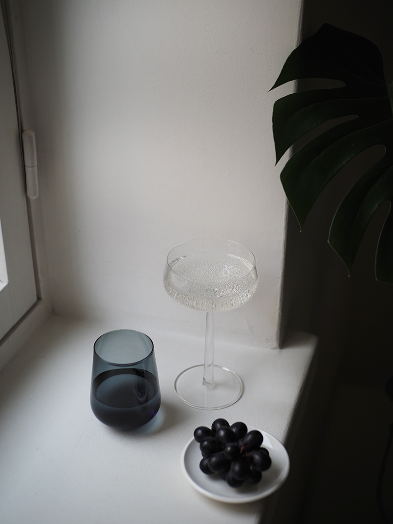 Tummanharmaa Essence-juomalasi Iittala