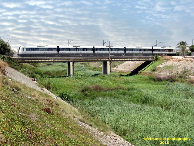 Tren de Metrovalencia (Línea 3) cruzando el puente sobre el Barranco del