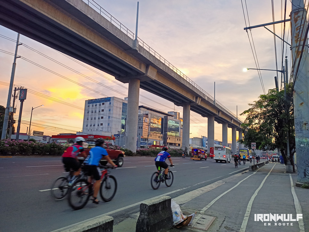 Cyclists rides the Marilaque Highway