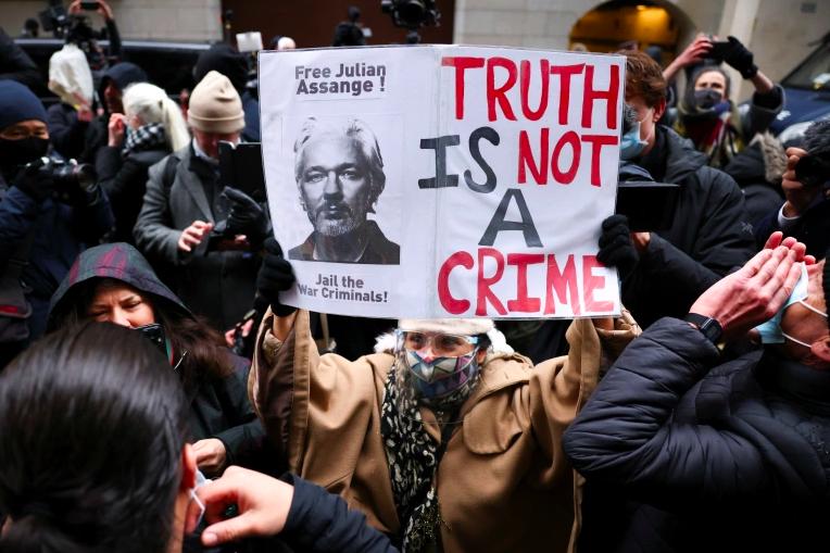 英國法院裁定拒絕引渡阿桑奇,法院外的聲援者雀躍歡呼並呼籲釋放阿桑奇。(圖片來源:Henry Nicholls/Reuters)