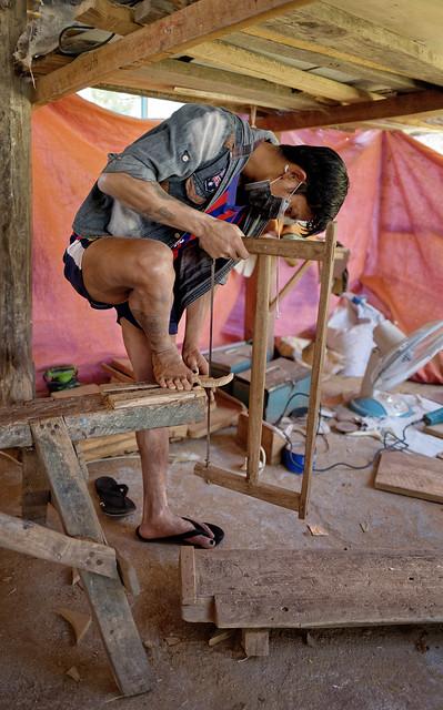 Menuisier construisant une pirogue