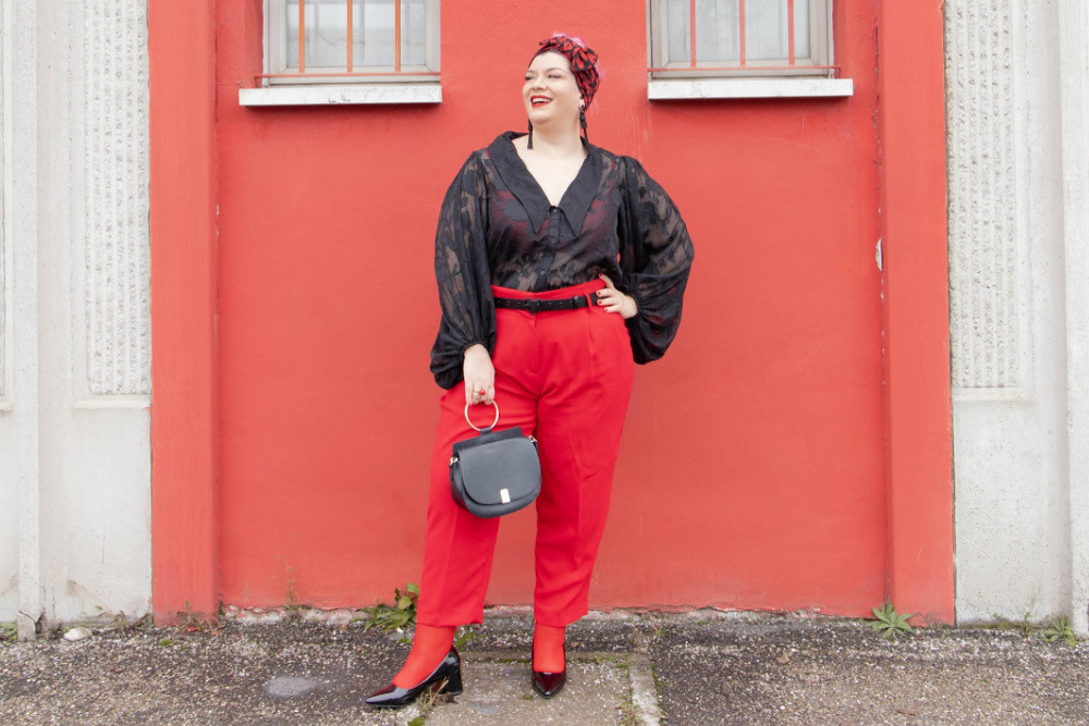 Outfit curvy plus size curvycolorchallenge nero e rosso (5)