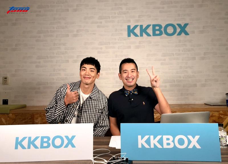 藝人禾浩辰(圖左)與主播陳宏宜搭當轉播母校高苑工商的比賽。(記者李沅芷/攝)