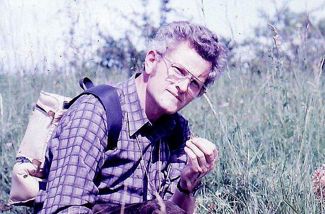 Karl Franz Wolfstetter (†) beim Bestimmen einer Orobanche