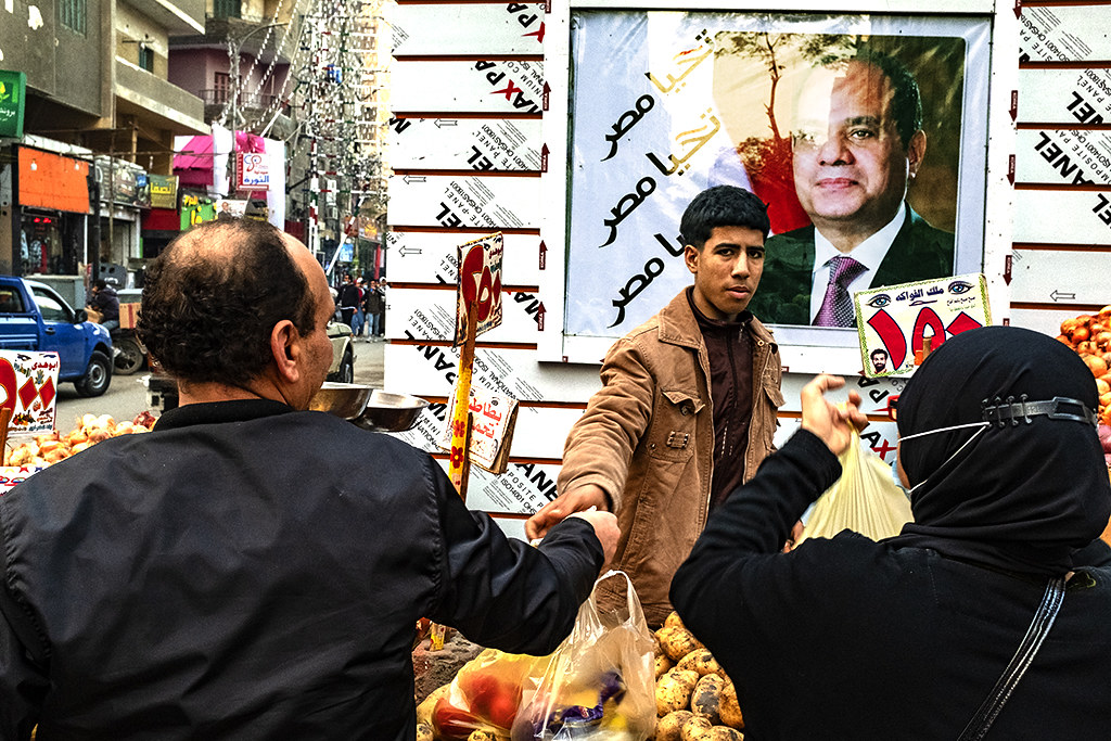 Al-Sisi behind vegetable stand in Bab al-Louq on 1-5-21--Cairo