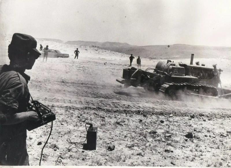 Bulldozer-remote-control-judean-desert-19740815-vk-1