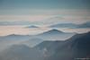 """Mentre la pianura è sommersa dalla nebbia, le cime delle Alpi sbucano da questo """"mare""""."""