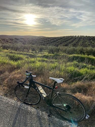 Bicicleta de carretera con una puesta de sol