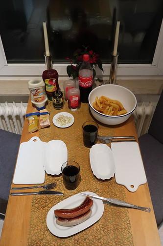 Pommes, Rostbratwürste und Krakauer (Tischbild)
