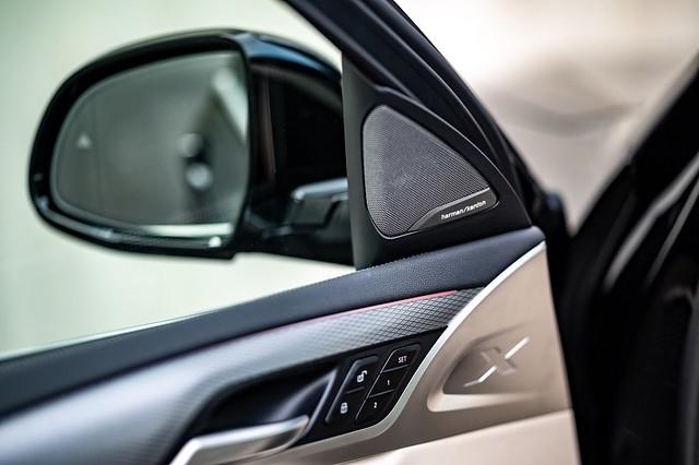 [新聞照片七] BMW將harman kardon高音喇叭組更列為白金領航版全車系標準配備,讓每一趟行程均能佐以絕佳的音樂盛宴