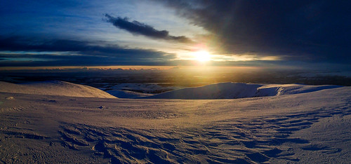 Mon, 2020-12-28 09:50 - Panoramic view of sunrise from the Ben Wyvis summit