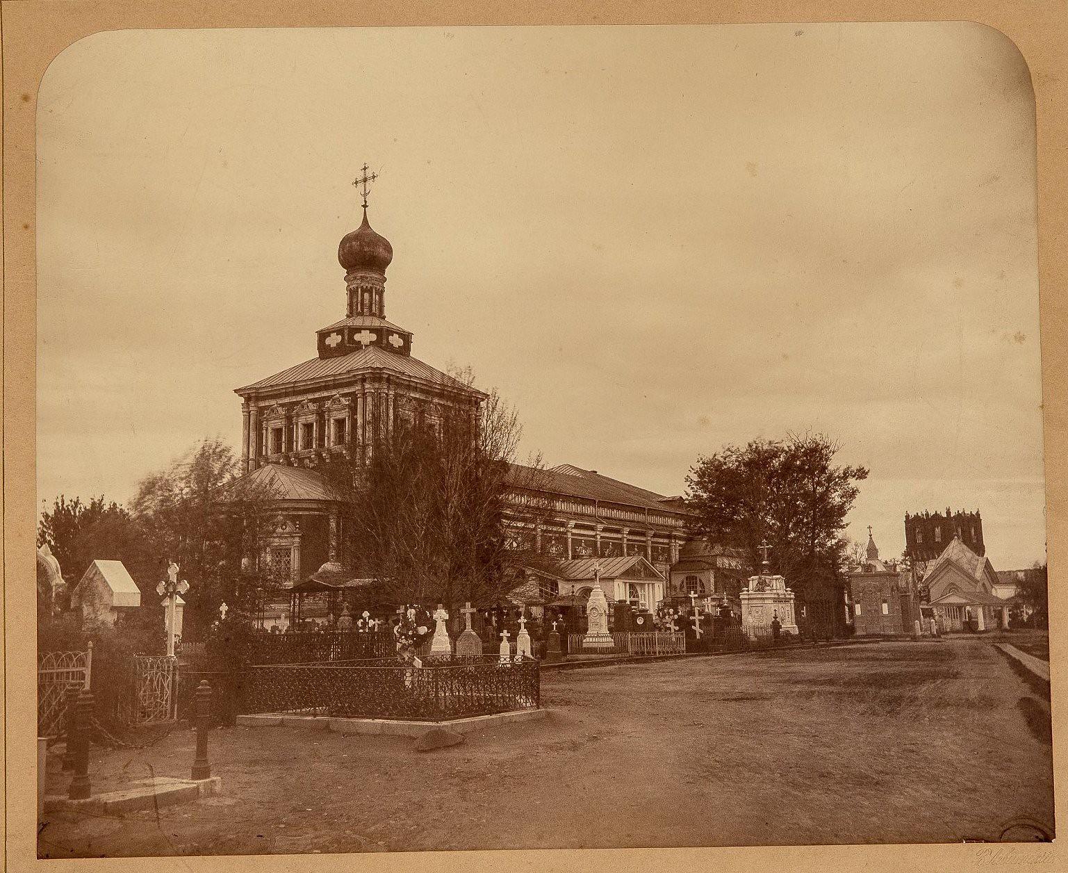 Новодевичий монастырь в Москве. Вид внутри на Успенскую трапезную церковь с северо-восточной стороны и надгробные памятники.1870-е