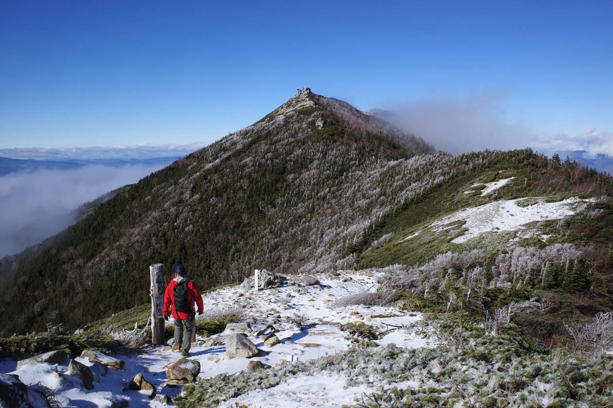 将棊頭山登山道から眺める行者岩