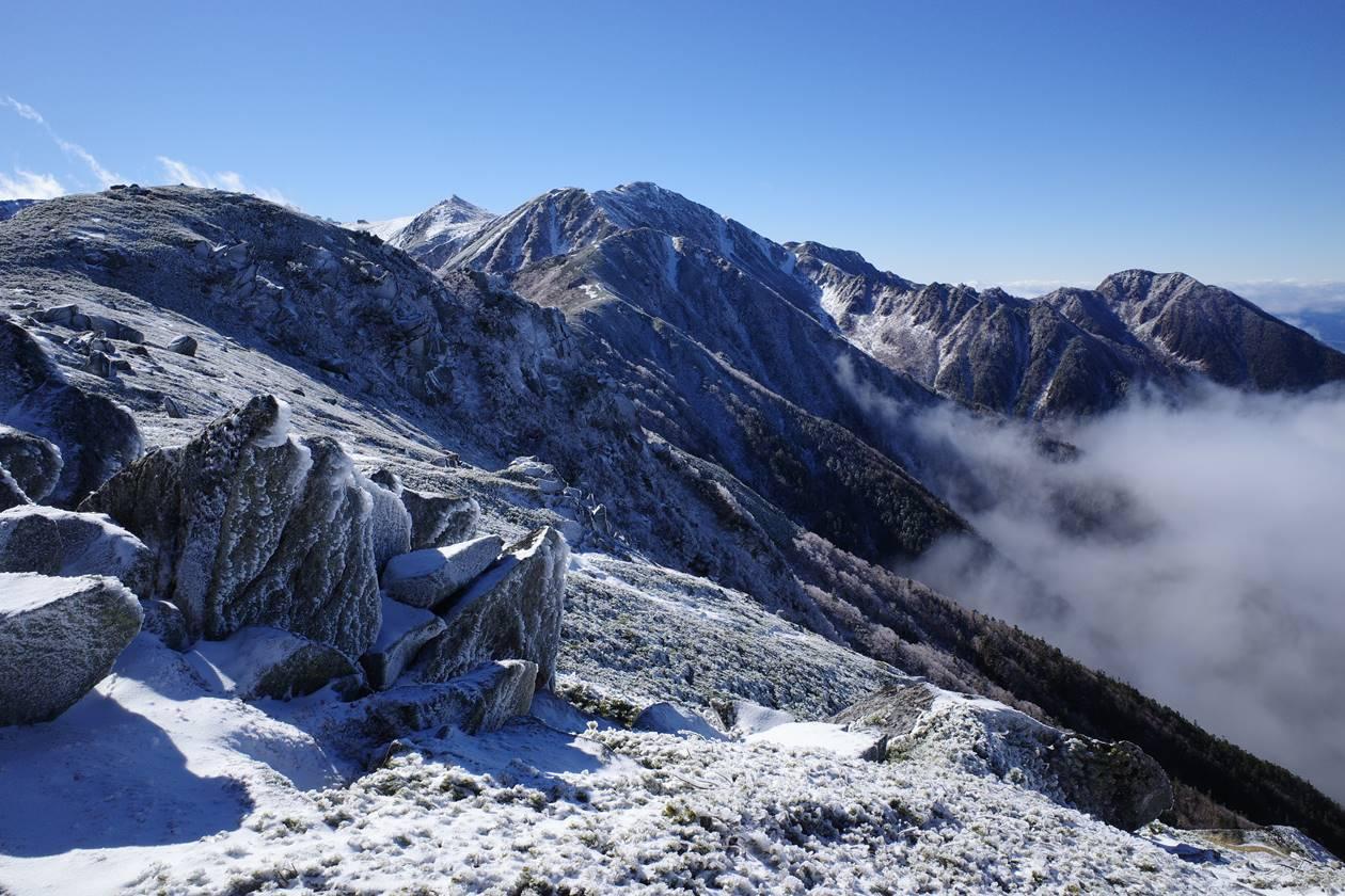【登山】将棊頭山から眺める雪と雲海の木曽駒ヶ岳