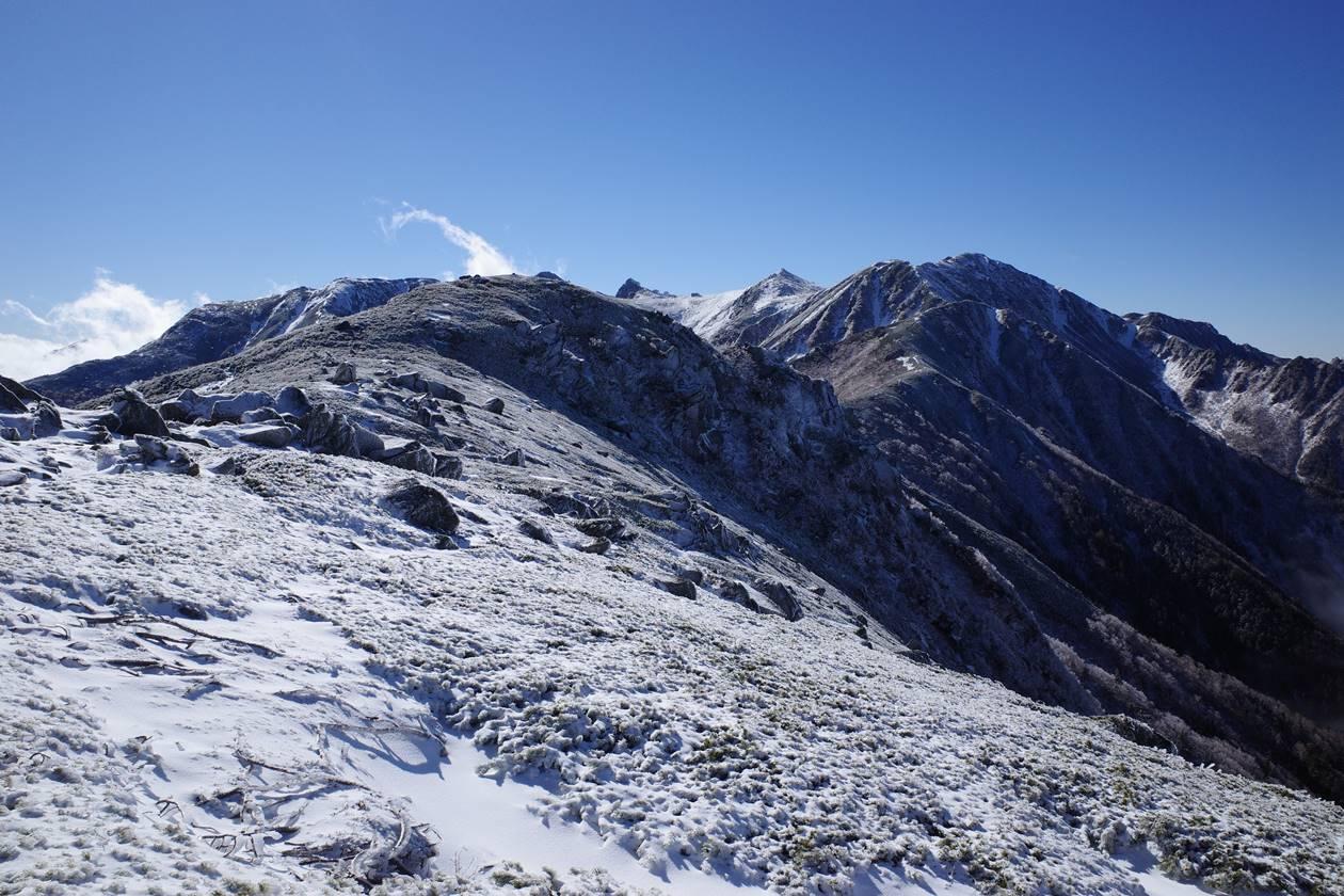 将棊頭山から雪の稜線と中央アルプスの展望