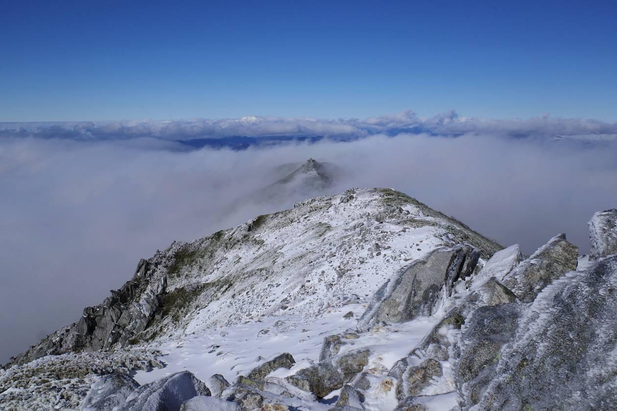 将棊頭山から眺める行者岩