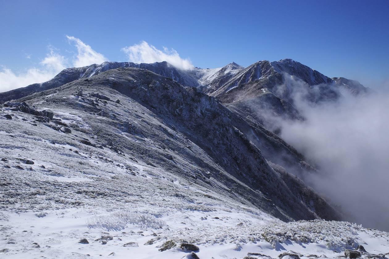 将棊頭山から眺める雪の稜線と宝剣岳~木曽駒ヶ岳