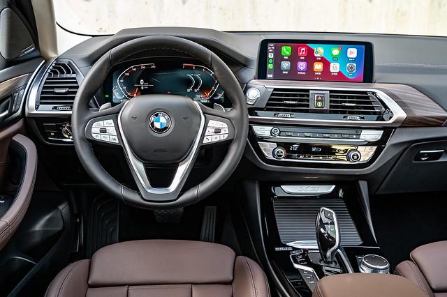 [新聞照片五] 全新X3、X4白金領航版具備整合12.3吋虛擬數位儀錶、10.25吋中控觸控螢幕的iDrive 7.0全數位虛擬座艙含智能衛星導航系統、360度環景輔助攝影、超越對手的遠端3D監控與豪華型三區恆溫空調